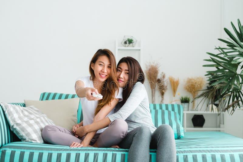 Van het de vrouwenpaar van LGBT lesbisch de ogenblikkengeluk De lesbische vrouwen koppelen samen binnen concept stock afbeeldingen