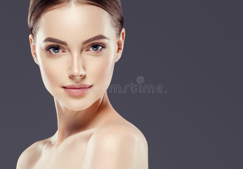 Van het de vrouwenportret van de Naturzlmake-up van de de schoonheids gezond huid de zorgconcept stock foto