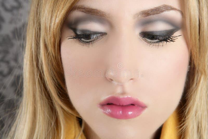 Van het de vrouwenportret van de manier retro blond de make-updetail stock foto