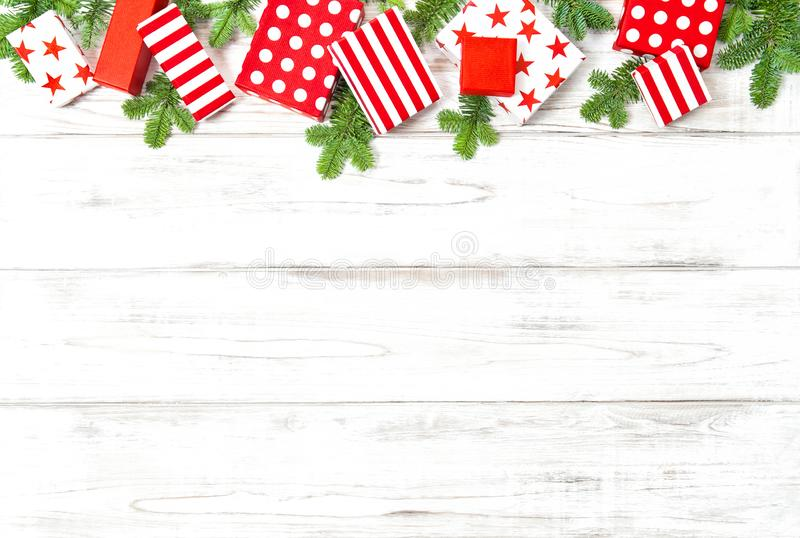 Van het exemplaar ruimtegiften van de Kerstmisdecoratie de sparrentakken stock fotografie