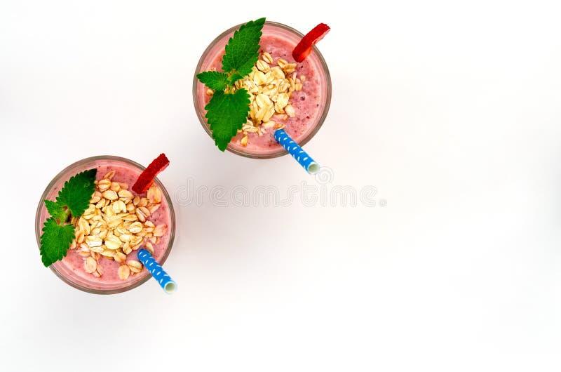 Van het het fruitparfait van de yoghurtaardbei feestelijk romantisch het ontbijtdessert met gerolde haver en chiazaden op houten  stock foto