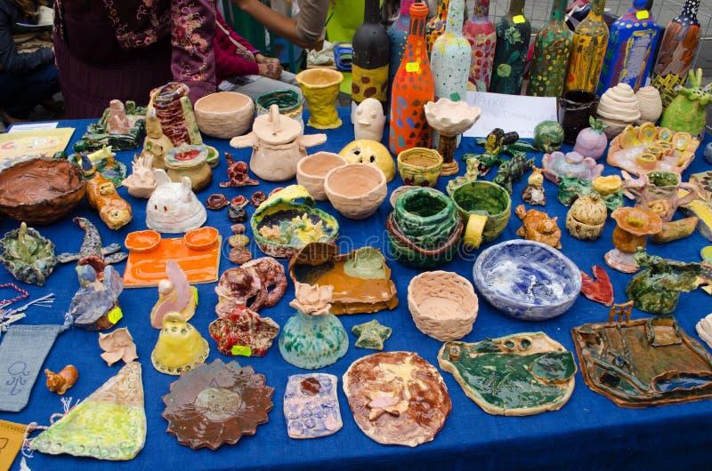 Van het het aardewerkjonge geitje van de klei van de ambachtwaren de openluchtmarkt royalty-vrije stock afbeelding