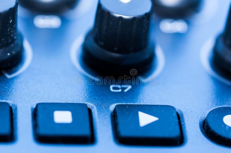 Van het het paneelclose-up van het synthesizerflard de knoopknop royalty-vrije stock foto