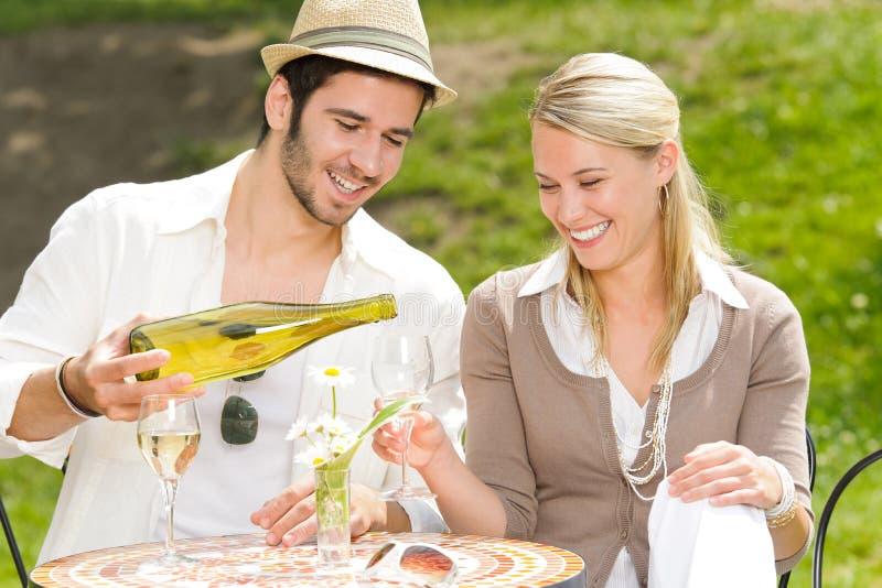 Van het het terras de elegante paar van het restaurant zonnige dag stock foto's