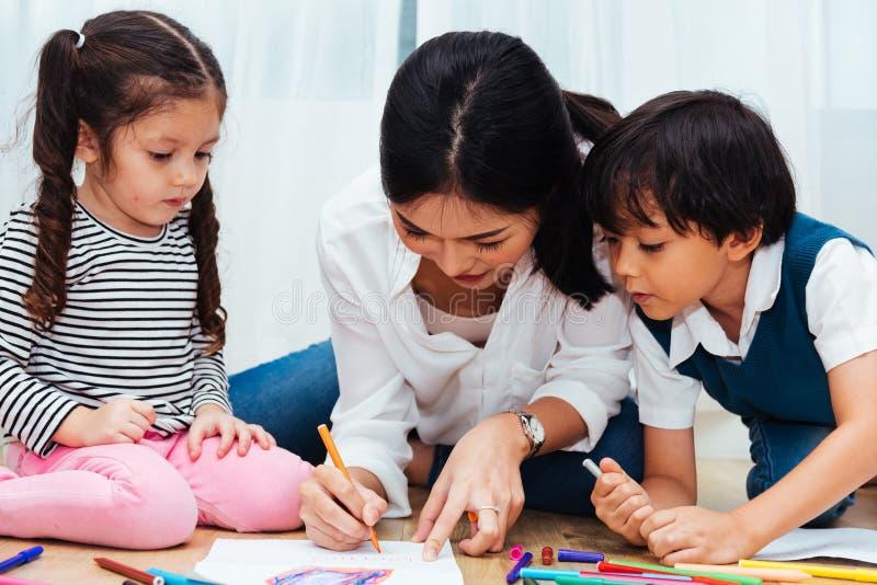 Van het het jonge geitjemeisje van het familie gelukkige kind de kleuterschoolverf die op peper trekken stock afbeeldingen