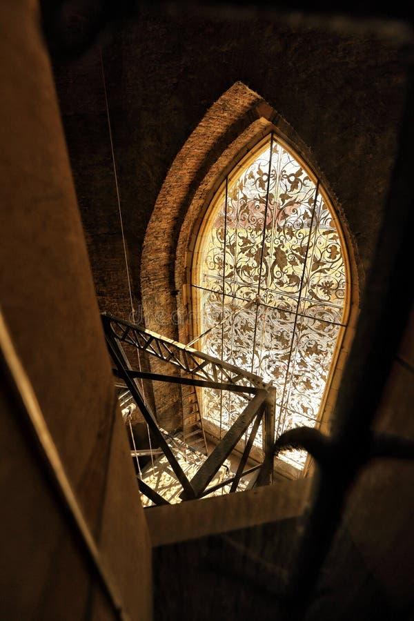 Van het kasteelheilige Vitus van Praag het venster van de de kathedraaltoren van binnenuit stock foto's