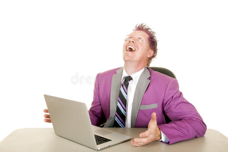 Van het mensen purpere kostuum en haar laptop lach royalty-vrije stock fotografie