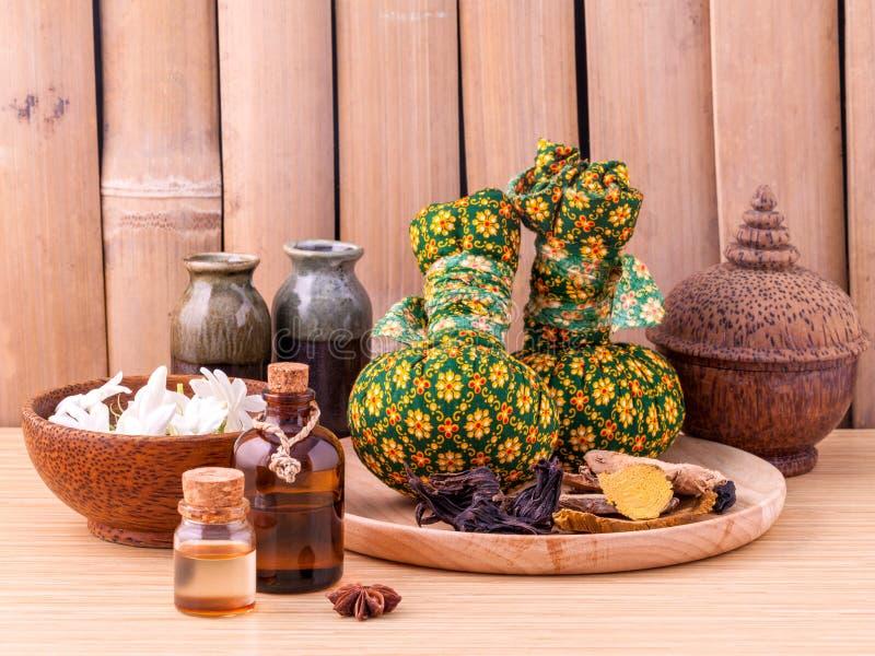 Van het Natural Spa bal Ingrediënten de kruidenkompres royalty-vrije stock fotografie