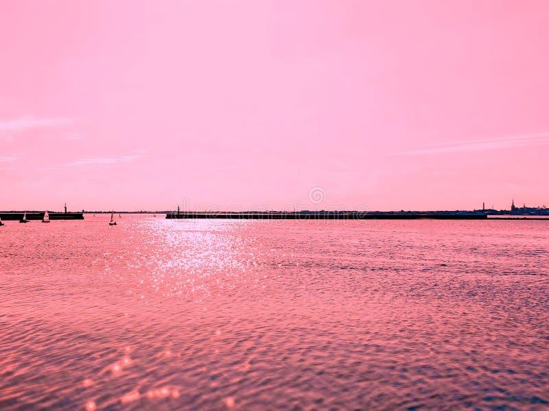 Van het overzeese de achtergrond zonsondergangzeegezicht landschapsaard betrekt oceaangolf roze kleur het leven koraalzonlicht royalty-vrije stock fotografie