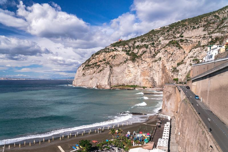Van het overzeese de golven onweerswolkenstrand bij de baai van Meta Sorrento in Itali?, eind van seizoen, koud weer stock afbeeldingen