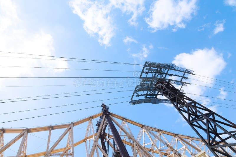 Van het Queensborobrug en Tramspoor lagers tegen blauwe hemel met wolken stock afbeeldingen