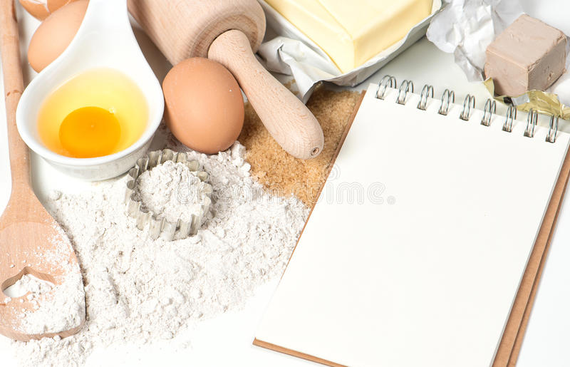 Van het receptenboek en baksel ingrediënten De achtergrond van het voedsel stock afbeeldingen