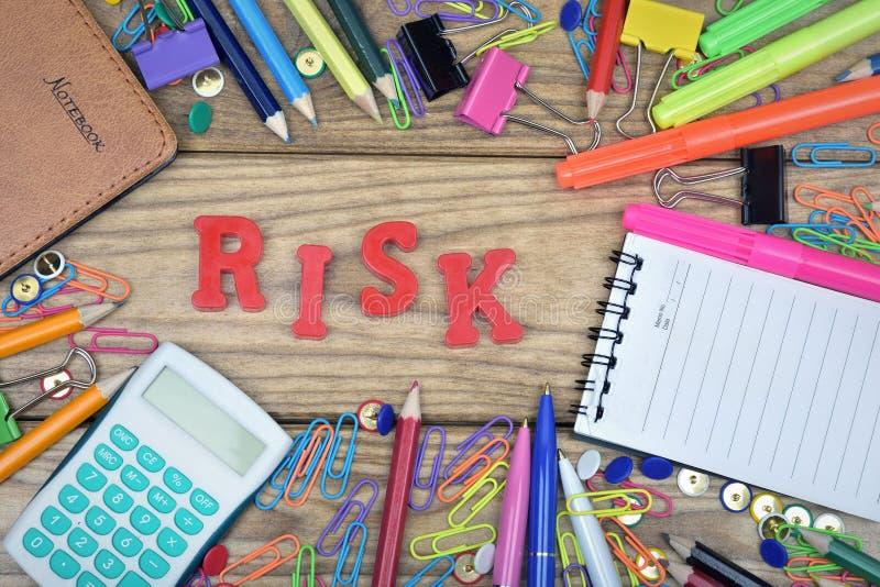 Van het risicowoord en bureau hulpmiddelen stock afbeelding