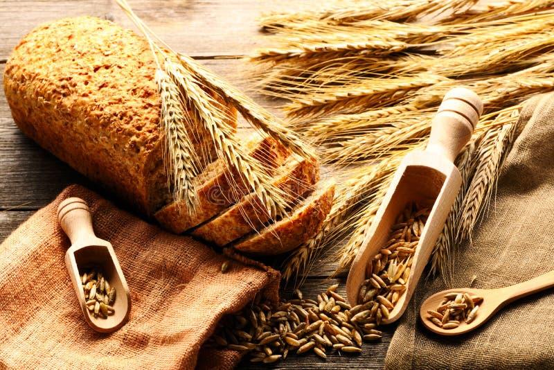 Van het roggeaartjes en brood stilleven op houten achtergrond royalty-vrije stock foto