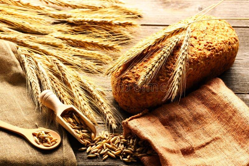 Van het roggeaartjes en brood stilleven op houten achtergrond stock foto's