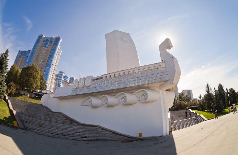 Van het SHighflatgebouwen en monument Boot bij de kade in Samara, Rusland stock afbeelding