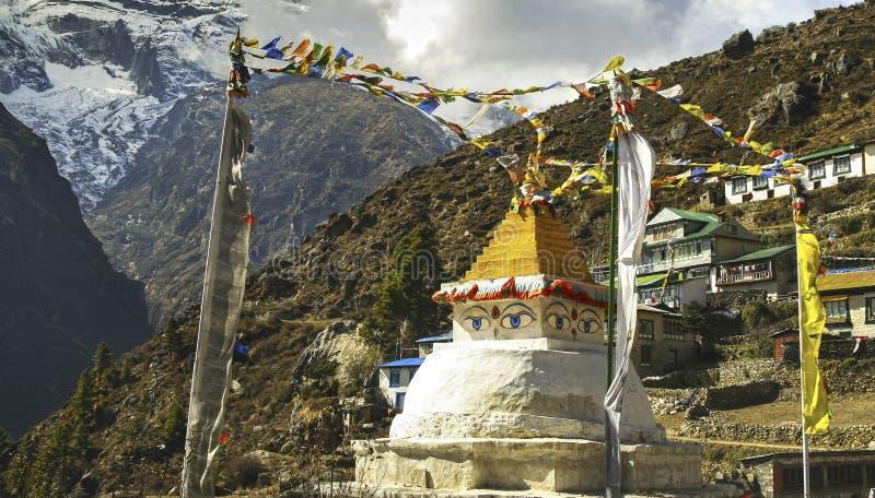 Van het Standbeeldnamche van Stupaogen de Bergen van de Bazaarvillae Nepal Himalayagebergte stock foto's