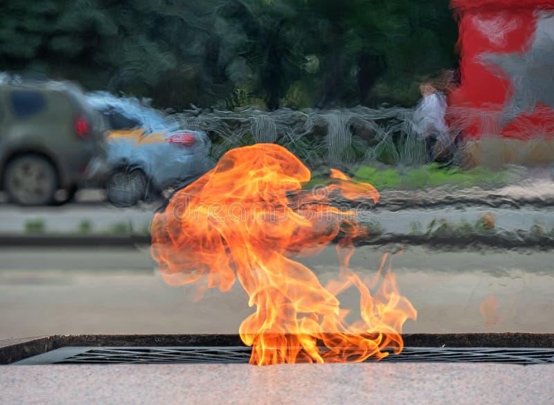 Van het het symboolgeheugen van de brandvlam van het de gebeurtenismonument van de het monumentenstad van de van de de achtergron royalty-vrije stock foto