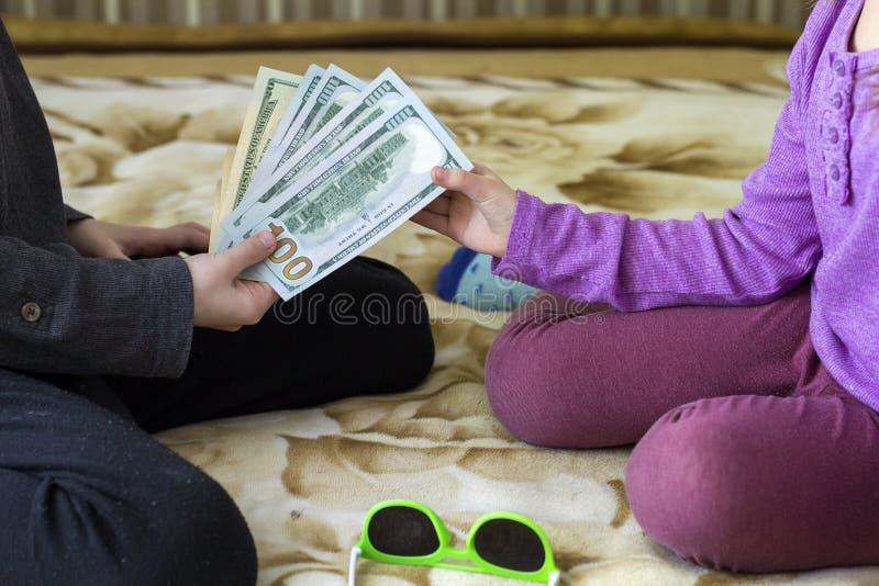 Van het twee het kleine kinderenjongen en meisje spelen met dollarsgeld royalty-vrije stock fotografie