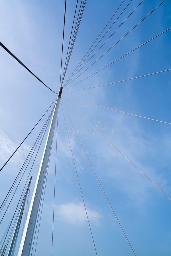 Van het van de brugarchitectuur, pyloon en staal de kabels structureren, duidelijke blauwe hemelachtergrond stock foto