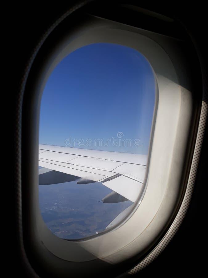 Van het vliegtuigvenster zie ik mooie wolken royalty-vrije stock afbeelding