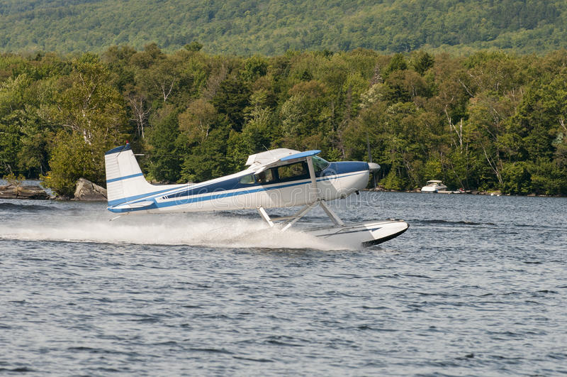 Van het vlottervliegtuig of watervliegtuig het opstijgen royalty-vrije stock afbeeldingen