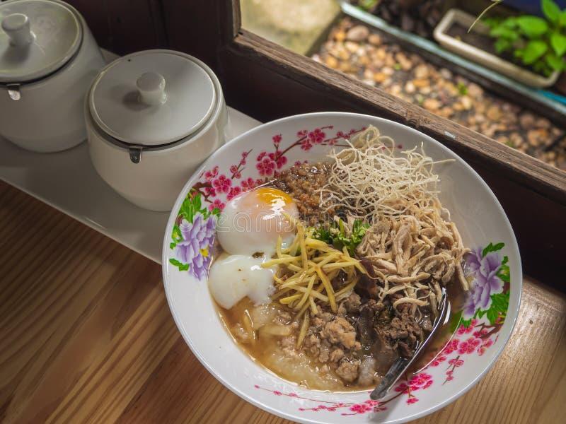Van het voedselbreakfas van de maïsmeelpap het rijst Gekookte rijst Thaise populaire Aziatische ontbijt royalty-vrije stock afbeeldingen