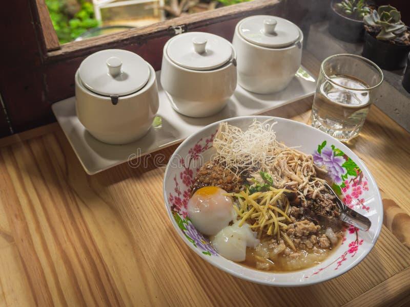 Van het voedselbreakfas van de maïsmeelpap het rijst Gekookte rijst Thaise populaire Aziatische ontbijt stock afbeeldingen