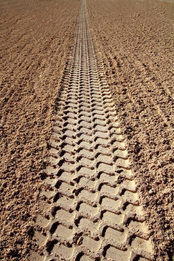 Van het zandbanden van het strand de voetafdrukperspectief aan oneindig stock afbeeldingen