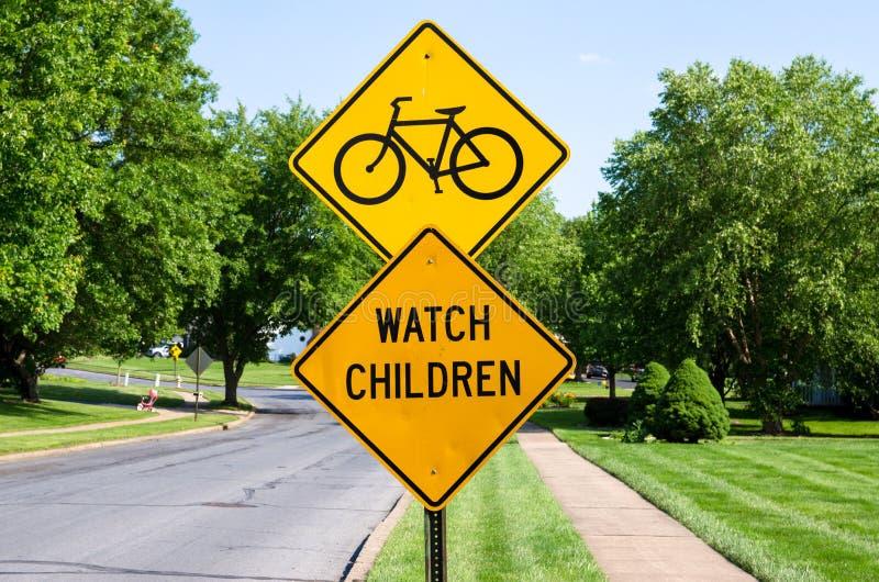 Van horlogekinderen en fietsen straatteken royalty-vrije stock foto's