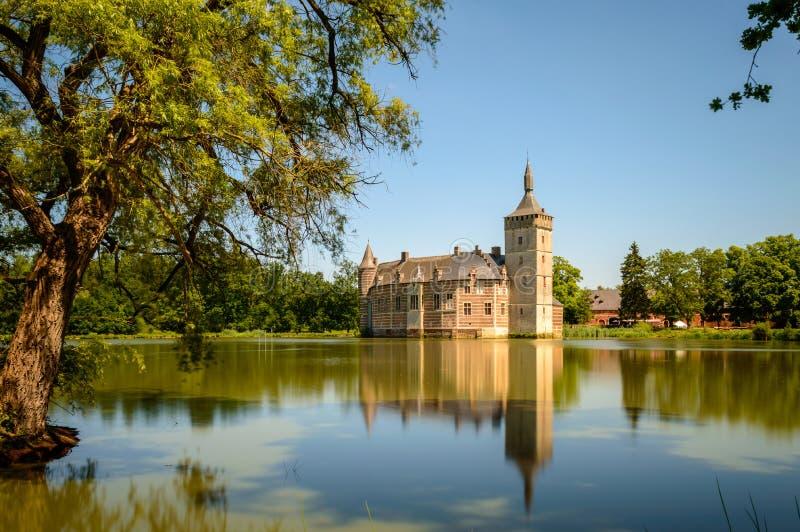 Van Horst Castle e sua reflexão no lago, Bélgica foto de stock royalty free