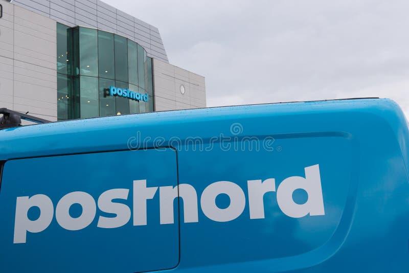 Van i budynek z błękitnym loga postnord zdjęcie royalty free
