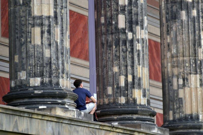 16 van Juni 2017 in Berlijn, Duitsland: Een mannelijke toerist heeft een rust voor het Altes-Museum in Berlijn, Duitsland royalty-vrije stock afbeelding