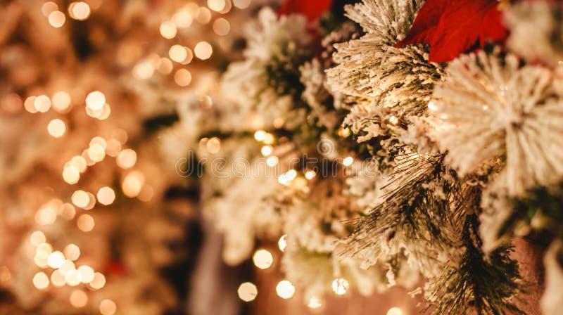 Van kerstboom achtergrond en Kerstmis decoratie met vaag licht, bokeh, het gloeien stock foto