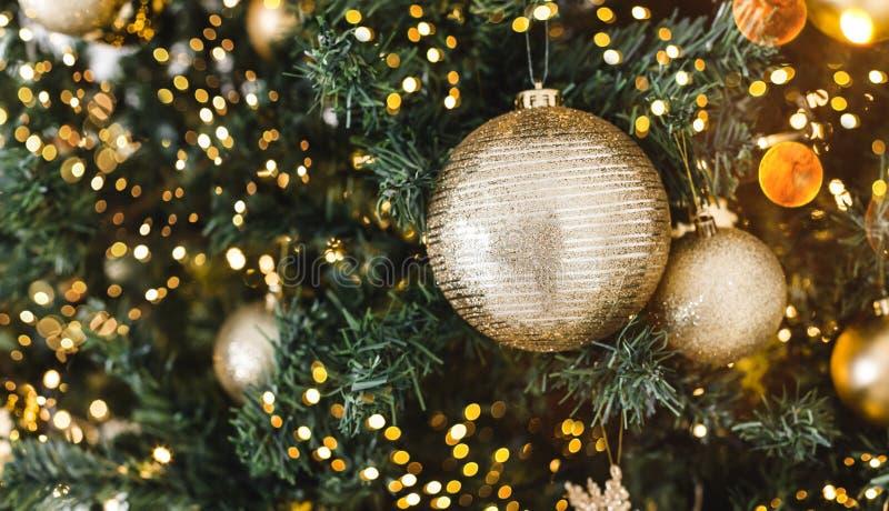 Van kerstboom achtergrond en Kerstmis decoratie met vage sneeuw, het vonken, het gloeien stock afbeeldingen