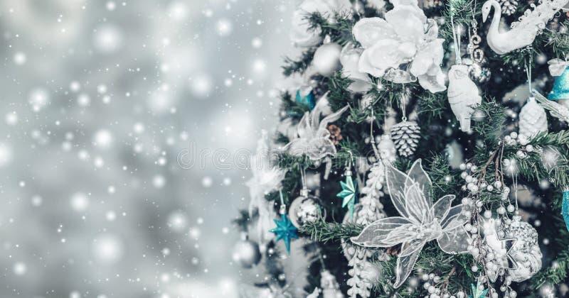 Van kerstboom achtergrond en Kerstmis decoratie met vage sneeuw, het vonken, het gloeien stock afbeelding
