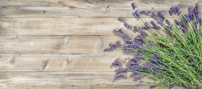 Van lavendelbloemen rustiek houten Uitstekend beeld als achtergrond royalty-vrije stock foto's