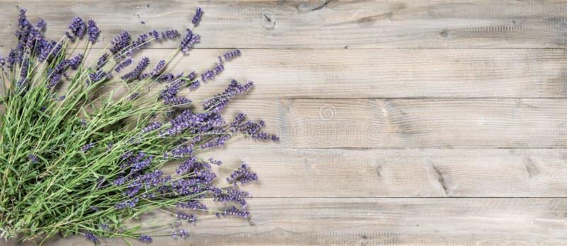 Van lavendelbloemen rustiek houten Uitstekend stilleven als achtergrond royalty-vrije stock foto