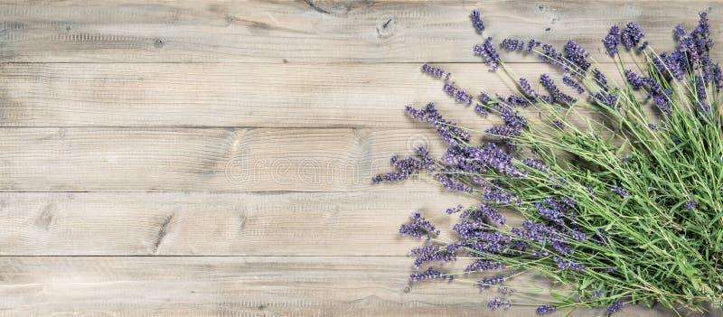 Van lavendelbloemen rustieke houten gestemde Wijnoogst als achtergrond stock foto