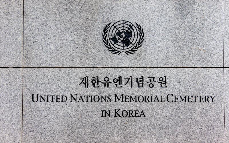 Van letters voorziend op Hoofdingang van de Verenigde Naties UNO Memorial Cemetery van Koreaanse Oorlog in Seoel, Zuid-Korea, Azi stock foto