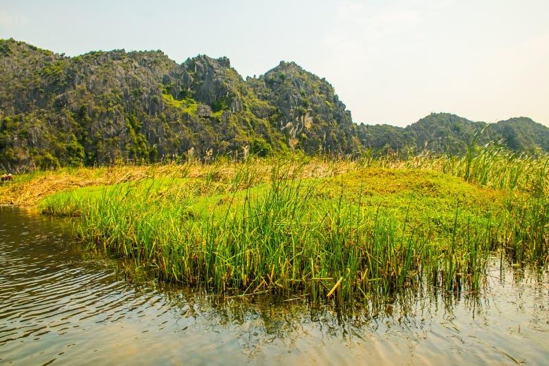 Van Long Nature Reserve met boten en mooie bergen, NinhBinh, Vietnam stock foto's