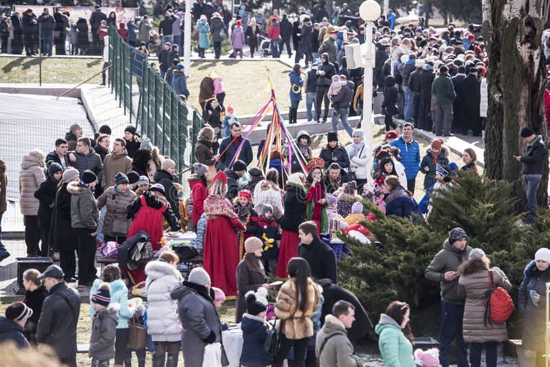 Van Maslenitsa-Volwassenen en kinderen gang in het park aan Shrovetide stock foto