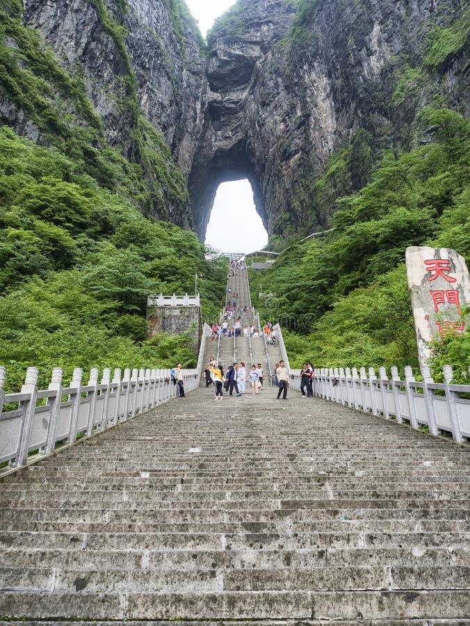 28 van Mei, 2018: Toeristen die - onderaan de steile 999 treden bij de Tianmen-Berg, de Hemel` s Poort in Zhangjiagie, Hunan P st stock fotografie