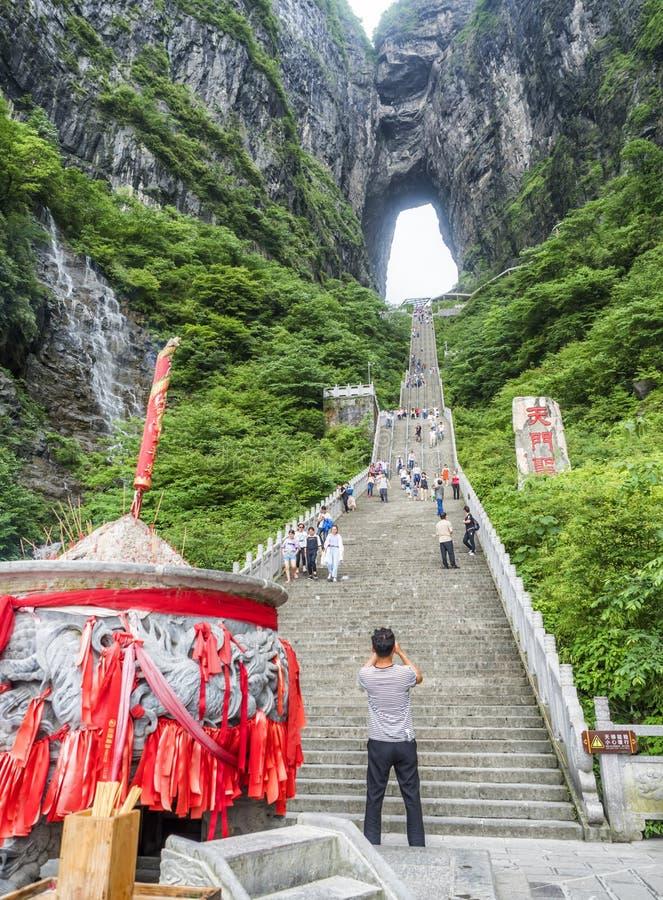 28 van Mei, 2018: Wierookpot, toerist die beelden en maatregel - onderaan de steile 999 treden bij de Tianmen-Berg met een mening royalty-vrije stock foto