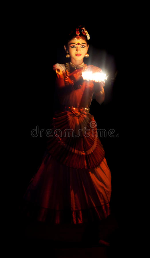 Van Mohiniyattam (Dans van tovenares) de uitvoerder stock foto's