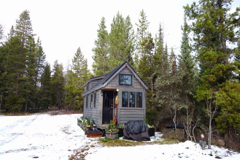 Van net uiterst klein huis in de bergen stock fotografie