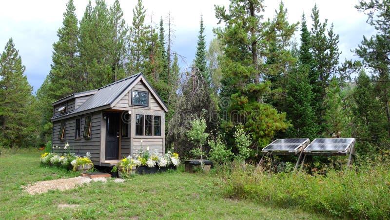 Van net uiterst klein huis in de bergen stock foto's