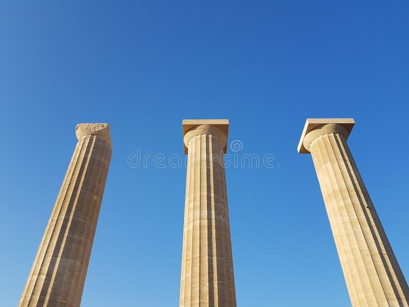Van onderaan schot van prachtige oude pijlers die zich tegen wolkenloze blauwe hemel op zonnige dag bevinden royalty-vrije stock afbeeldingen