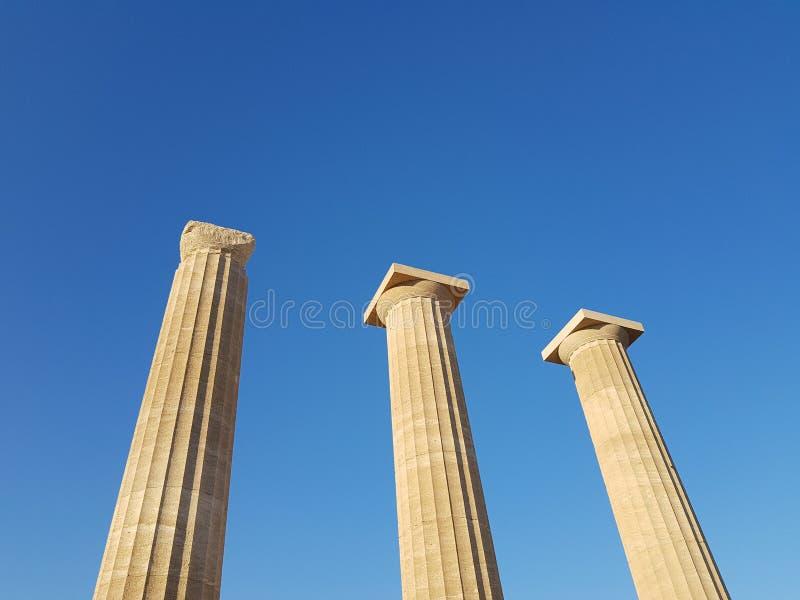 Van onderaan schot van prachtige oude pijlers die zich tegen wolkenloze blauwe hemel op zonnige dag bevinden royalty-vrije stock fotografie