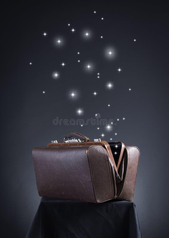 Van open valise vlieg magische sterren. royalty-vrije stock fotografie